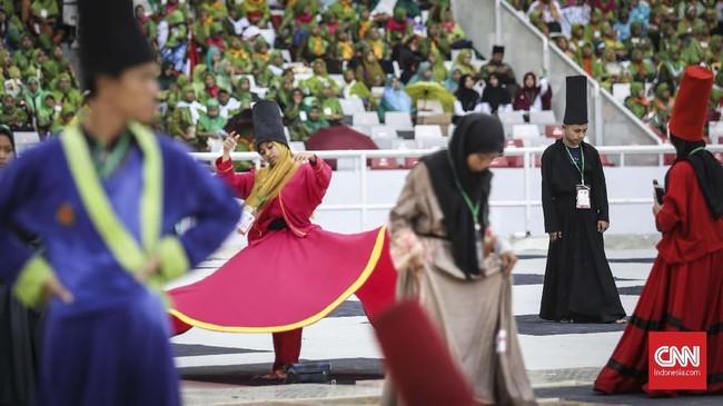 Tarian Sufi di Harlah Ke-73 Muslimat NU tercatat dalam Museum Rekor-Dunia Indonesia (MURI) dengan jumlah penari terbanyak yakni 999 orang. (CNN Indonesia/ Hesti Rika)