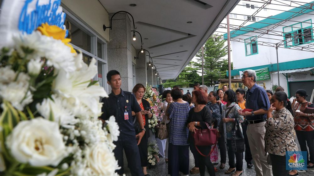 Keluarga berharap pelayat tidak mengirim ucapan duka cita dalam bentuk bunga. Semua ucapan dan sumbangan tali asih akan disumbangkan ke korban bencana. (CNBC Indonesia/Andrean Kristianto)