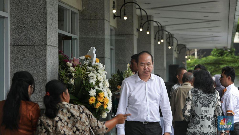 Anggota keluarga pengusaha dan pemilik Sinar Mas Grup Eka Tjipta Widjaja berkumpul di Rumah Duka Sentosa RSPAD Gatot Subroto. (CNBC Indonesia/Andrean Kristianto)