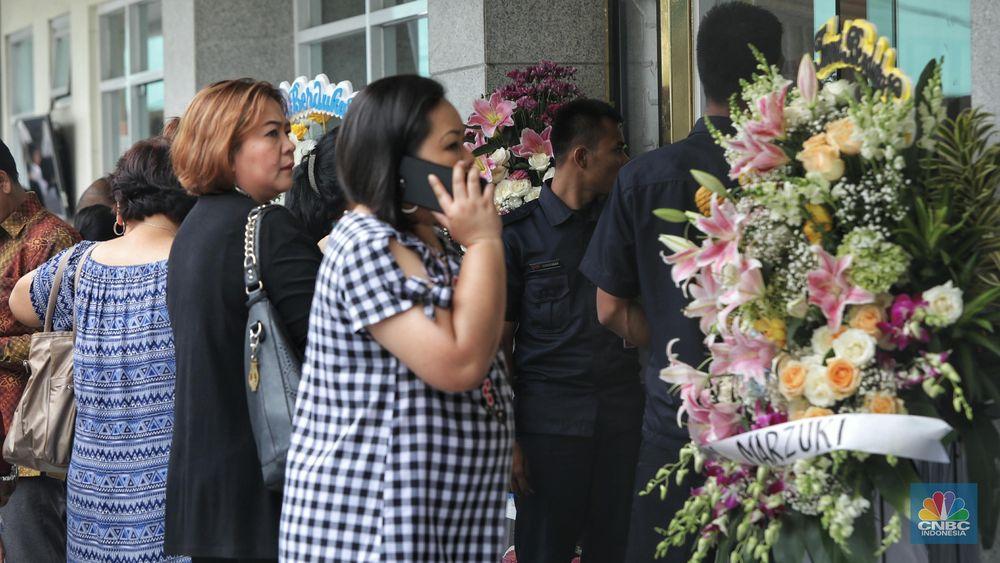Prosesi dan acara keluarga ini akan berlangsung hingga pukul 19.00 WIB. Setelah prosesi dari keluarga usai, para pelayat diperkenankan untuk masuk ke ruang duka. (CNBC Indonesia/Andrean Kristianto)