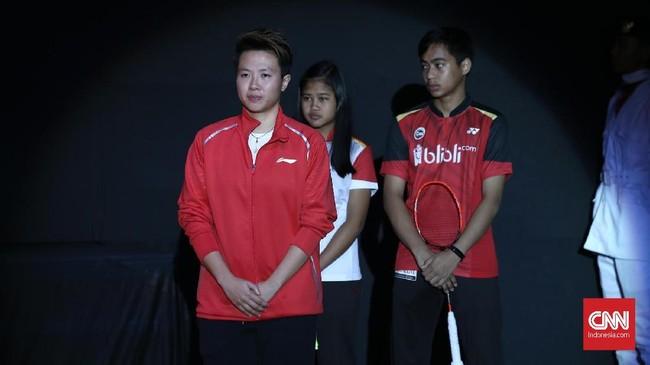 Liliyana Natsir memasuki upacara perpisahan didampingi dua pebulutangkis muda Indonesia Rahmat Hidayat dan Febi Setianingrum. (CNN Indonesia/Andry Novelino)