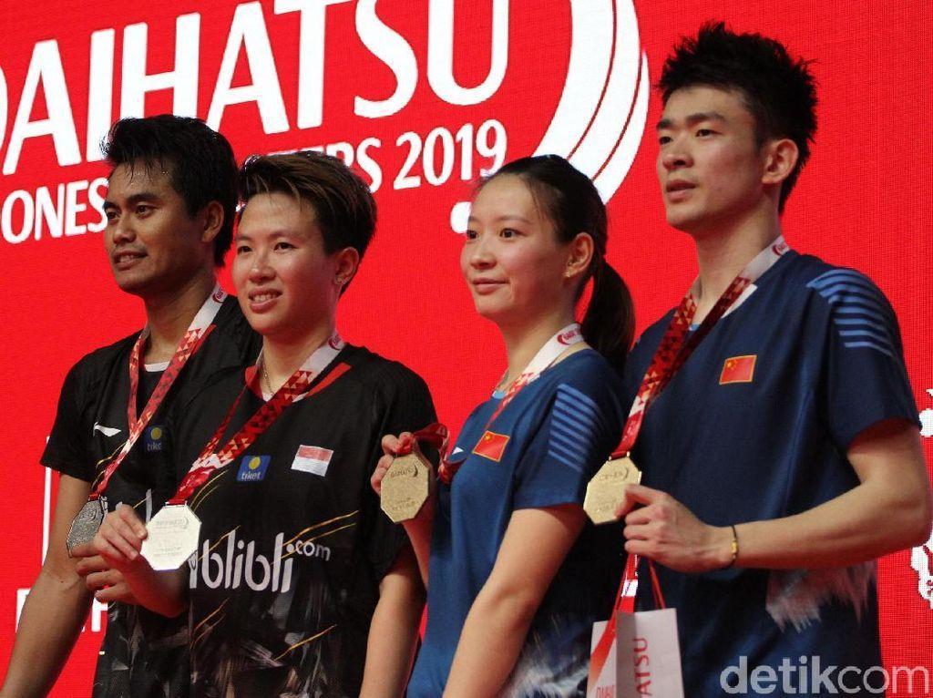Zheng Siwei/Huang Yaqiong dan Tontowi/Liliyana menunjukkan medali Indonesia Masters 2019.