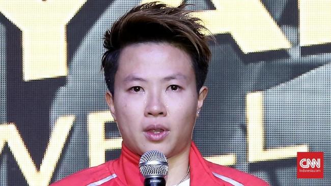 Liliyana Natsir menangis saat mengakhiri kariernya sebagai pebulutangkis sebelum laga final Indonesia Masters 2019 melawan ganda campuran China Zheng Siwei/Huang Yaqiong. (CNN Indonesia/Andry Novelino)
