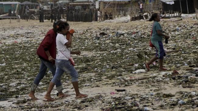 Warga berjalan di tengah-tengah sampah yang berserakan di Pantai Oesapa Kota Kupang, NTT, Jumat (25/1). Kementerian Lingkungan Hidup dan Kehutanan (KLHK) menyatakan Kota Kupang, NTT sebagai salah satu kota terkotor di Indonesia bersama Sorong dan Palu dalam penilaian Program Adipura periode 2017-2018. ANTARA FOTO/Kornelis Kaha/wsj.