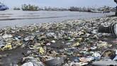Sampah berserakan di pinggir pantai di Pelabuhan Panarukan, Situbondo, Jawa Timur, Selasa (22/1/2019). Selama musim hujan dan gelombang tinggi, berbagai jenis sampah kiriman dari sejumlah aliran sungai memenuhi pinggir pantai Panarukan. ANTARA FOTO/Seno/ama.
