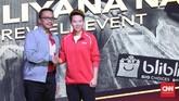 Kemenpora Imam Narahwi memberikan ucapan perpisahan untuk Liliyana Natsir di upacara perpisahan sebelum laga Indonesia Master 2019. (CNN Indonesia/Andry Novelino)