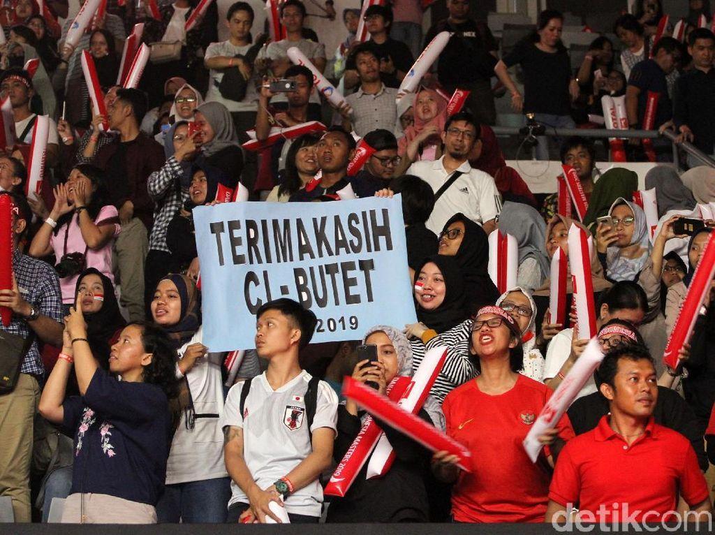 Meski kalah, sorak-sorai dukungan terus menggema di Istora Senayan.