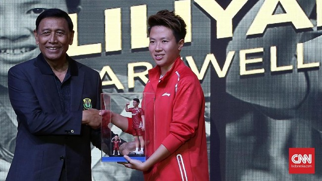 Ketua PP PBSI Wiranto bersalaman dengan Liliyana Natsir setelah memberikan figur aksi pemain yang akrab disapa Butet tersebut. (CNN Indonesia/Andry Novelino)