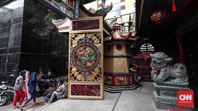 Vihara Hok Tek Ceng Sinmemiliki gerbang dengan warna kuning emas dan merah dengan simbol naga api.