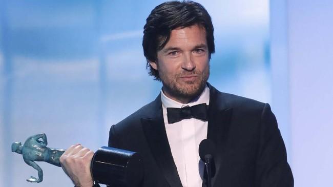 Bintang 'Ozark,' Jason Bateman berhasil membawa pulang piala SAG Awards untuk Aktor Terbaik di Serial Drama. (REUTERS/Mike Blake)