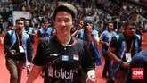 Liliyana Natsir memberikan suvenir kepada penonton di Istora Senayan sebelum penyerahan medali final ganda campuran Indonesia Masters 2019. (CNN Indonesia/Andry Novelino)