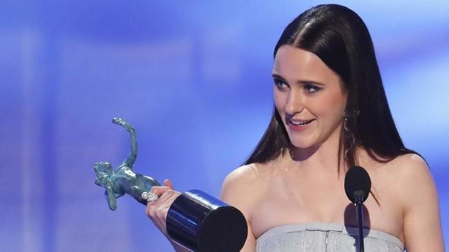 Piala kedua bagi 'The Marvelous Mrs. Maisel.' Bintangnya, Rachel Brosnahan menjadi pemenang Aktris Terbaik di Serial Komedi. (REUTERS/Mike Blake)