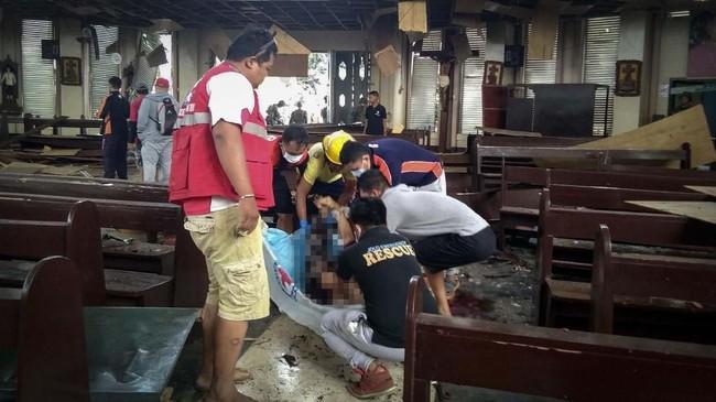 Duterte sangat geram dengan tragedi ini karena terjadi tak lama setelah pengesahan undang-undang untuk memperluas otonomi di daerah mayoritas Muslim di Mindanao. (Philippine Red Cross via Reuters)