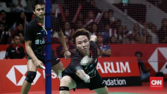 Tontowi Ahmad/Liliyana Natsir berusaha mempertahankan penampilan di gim ketiga. Tapi, Zheng Siwei/Huang Yaqiong mampu tampil konsisten dan memastikan gelar juara setelah menang 21-16 di gim ketiga. (CNN Indonesia/Andry Novelino)
