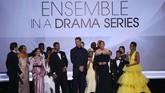 'This Is Us' didapuk sebagai Serial Drama Terbaik. Penyanyi Mandy More ikut naik ke atas panggung memberi pidato kemenangan. (REUTERS/Mike Blake)
