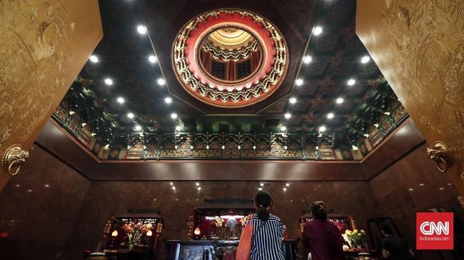 Interior ruangan Vihara Hok Tek Ceng Sindengan aksen berwarna hijau merah dilengkapi lima meja altar tempat sembahyang umat.