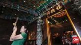 Vihara Hok Tek Ceng Sinkaya akan ornamen dan kaligrafi khas Tiongkok dengan perpaduan warna hijau, merah dan kuning emas.
