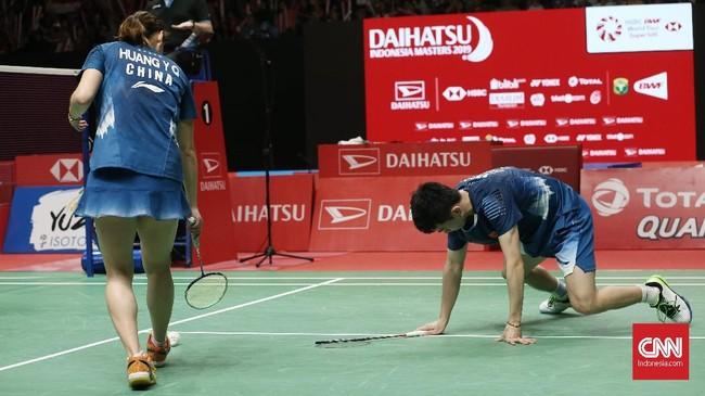 Zheng Siwei/Huang Yaqiong yang merupakan ganda campuran nomor satu dunia sempat kesulitan di gim kedua, tapi kemudian berhasil bangkit dan menang 21-19 di gim kedua. (CNN Indonesia/Andry Novelino)