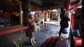 Salah satu umat terlihat berdoa di altar Vihara Hok Tek Ceng Sin.