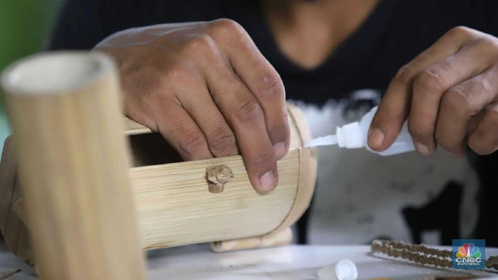 Kerajinan Produk seperti tas, tempat tisu, tempat pensil dari bambu dijual dari harga Rp 100.000 s.d Rp 400.000.
