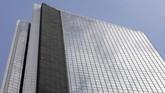 Pria yang dikenal dengan julukan 'Spider Man Prancis' itu memanjat gedung Menara GT setinggi 47 lantai tanpa peranti keselamatan. (REUTERS/Eloisa Lopez)