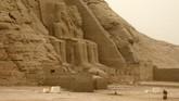 Fenomena penyelarasan matahari yang dikenal di era Ramses II ini terjadi dalam dua kali setahun, yaitu pada 22 Februari dan 22 Oktober, di mana sinar matahari jatuh di kuil dan menerangi sebagian dinding bagian dalam.(Photo by Ludovic MARIN / AFP)