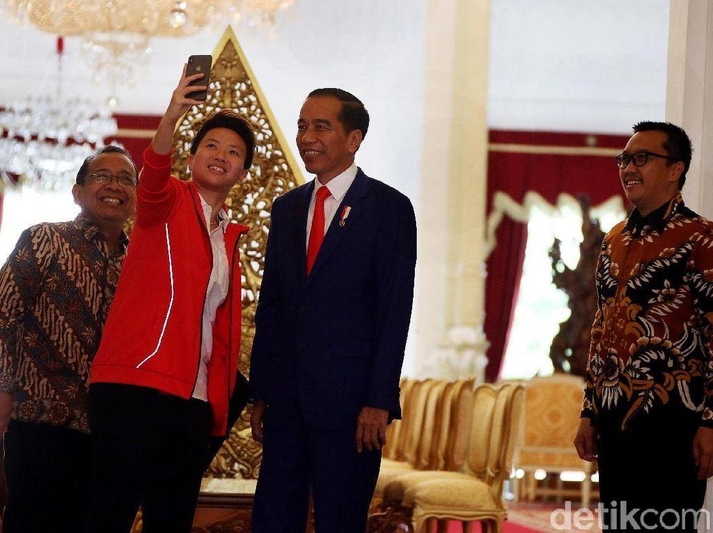 Tak lupa, Butet mengajak Presiden Jokowi berswafoto bersama para menteri lainnya.