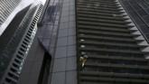 Seorang pemanjat bebas asal Prancis, Alain Robert, ditangkap aparat kepolisian Ibu Kota Filipina, Manila setelah berupaya memanjat salah satu gedung tertinggi setempat. (REUTERS/Eloisa Lopez)