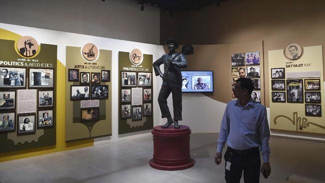 Bagi pencinta selfie, bisa juga berfoto bersama patung ikon Bollywood, Raj Kapoor. Rekaman KL Saigal, superstar film pertama berbahasa India pun bisa didengar. (AFP/PUNIT PARANJPE)