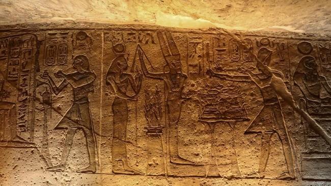 Sebuah foto yang diambil pada tanggal 27 Januari 2019, menunjukkan hieroglif di Kuil Agung Abu Simbel, di selatan Aswan di Mesir. (Photo by Ludovic MARIN / AFP)