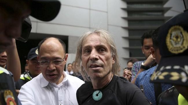 Usai beraksi, Kepolisian Manila lantas menahan Alain Robert atas tuduhan mengganggu ketertiban umum. (REUTERS/Eloisa Lopez)