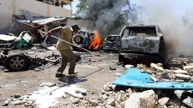 Para pejabat keamanan dan saksi mata melaporkan mayat-mayat berserakan di tanah, sementara kepulan asap membubung tinggi ke udara setelah bom meledak di jalan Maka Al-Mukarama. (Reuters/Feisal Omar)
