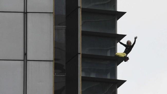Alain Robert telah memanjat seratus bangunan tanpa bantuan tali atau peralatan keselamatan lainnya di berbagai tempat di dunia. (REUTERS/Eloisa Lopez)