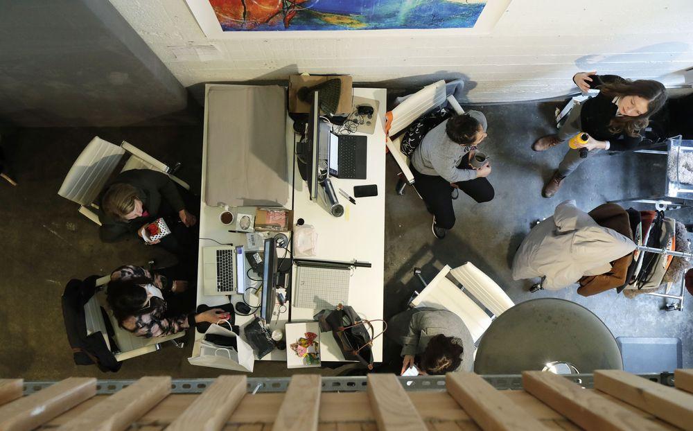 Saat ini banyak perusahaan baru banyak memanfaatkan ruang kerja bersama (Coworking Space).