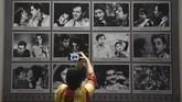 Pengunjung bisa melihat langsung poster film zaman dahulu yang masih dilukis tangan. (AFP/PUNIT PARANJPE)