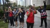 Sejumlah warga di Manila menyaksikan dan merekam aksi Alain Robert. (REUTERS/Eloisa Lopez)