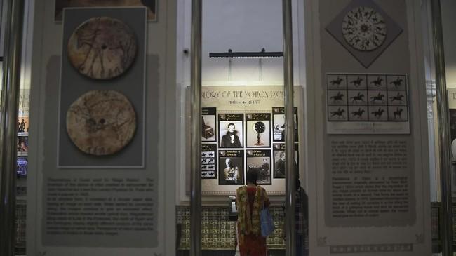 Museum itu berisi berbagai memorabilia, alat-alat merekam dan membuat film, serta layar interaktif di mana pengunjung bisa menonton klip dari film-film India paling legendaris. (AFP/PUNIT PARANJPE)