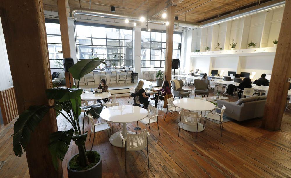 Sejumlah wanita beraktitas di ruang kerja bersama (Coworking Space) di The Riveter, Seattle, Amerika Serikat. The Riveter adalah salah satu ruang kerja bersama (Coworking Space) yang mengutamakan lebih banyak wanita. (AP Photo/Ted S. Warren)