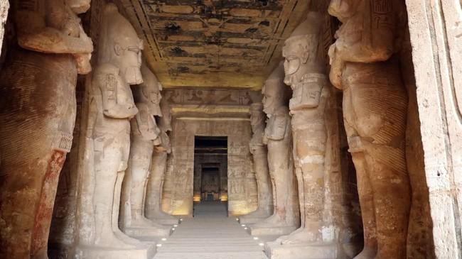 Dua kali dalam setahun, sinar matahari menerangi patung Dewa Matahari Re-Horakhte dan Amon-Re yang duduk, selain patung Ramses II.(Photo by Ludovic MARIN / AFP)