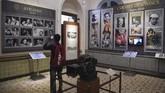 Yang juga membuat pengunjung tertarik: berbagai koleksi kamera untuk membuat film. (AFP/PUNIT PARANJPE)