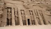 Bukan hanya pejabat negara dan orang-orang penting, sekitar dua ribu orang lainnya turut sertaberkumpul di Kuil Abu Simbel untuk mengamati sinar matahari yang jatuh di patung-patung kuil. (Photo by Ludovic MARIN / AFP)