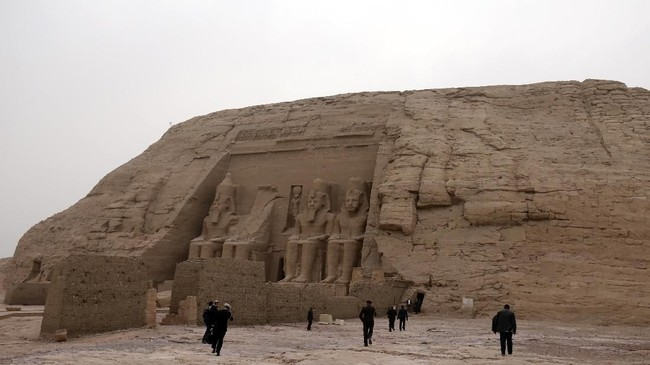 Inilah kuil Ramses II yang terkenal, dipenuhi gambar dan hieroglif yang menggambarkan kemenangan Ramses II di pertempuran Qadesh.(Photo by Ludovic MARIN / AFP)