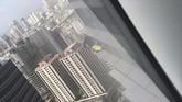 Menurut catatan Guinness World Records, Alain Robert meraih rekor mendaki gedung terbanyak tanpa bantuan. (Marcus Aliwalas/via REUTERS)