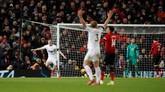 Chris Wood berhasil menambah keunggulan Burnley di menit ke-81. Burnley memimpin 2-0 dengan sisa waktu sembilan menit. (REUTERS/Phil Noble)