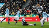 Manchester City sudah mencetak gol saat pertandingan baru berjalan satu menit. Sergio Aguero berhasil membobol gawang kiper Newcastle, Martin Dubravka. (Reuters/Lee Smith)