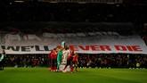 Manchester United dan Burnley menjalani sesi mengheningkan cipta untuk korban tragedi pesawat Munich dan Emiliano Sala. (REUTERS/Phil Noble)