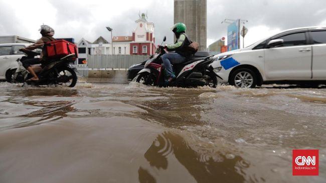Banjir 3 Meter, Warga Cililitan Mengungsi ke Pinggir Jalan