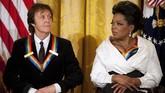Kala Obama menjabat, Oprah (kanan) dan Paul McCartney (kiri) pernah mendapatkan penghargaan dari Pemerintah AS atas dedikasi mereka dalam dunia seni. (JIM WATSON / AFP)