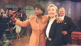 Oprah telah dikenal dekat dengan politikus papan atas Amerika Serikat. Salah satunya adalah Hillary Clinton. Pada 1995, kala itu Hillary yang menjadi ibu negara AS, datang ke acara Oprah. (Photo by POOL / AFP)