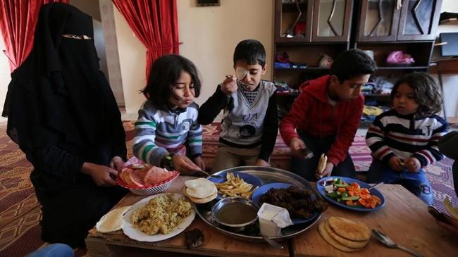 Sang ibu berharap Najjar bisa mendapat perawatan di luar Jalur Gaza. (REUTERS/Ibraheem Abu Mustafa)